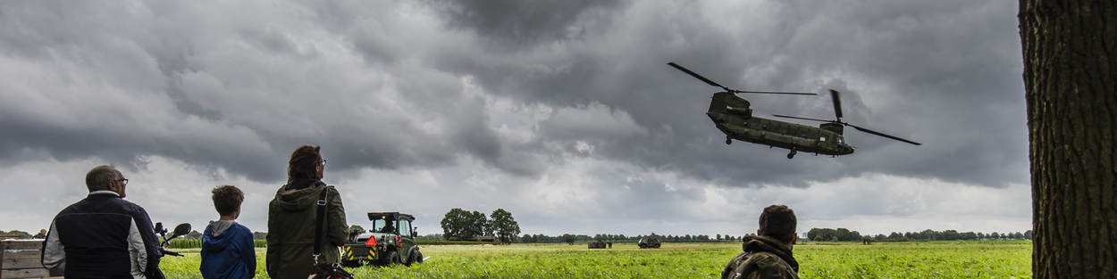 Chinook-transporthelikopter in de lucht.