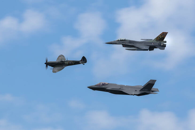 Spitfire, F-16 en F-35 flying together in the air.