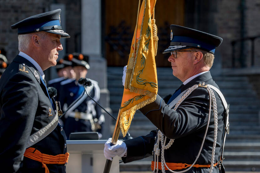 Lieutenant General Hans Leijtens takes over the banner of the Royal Netherlands Marechaussee from his colleague Harry van den Brink.