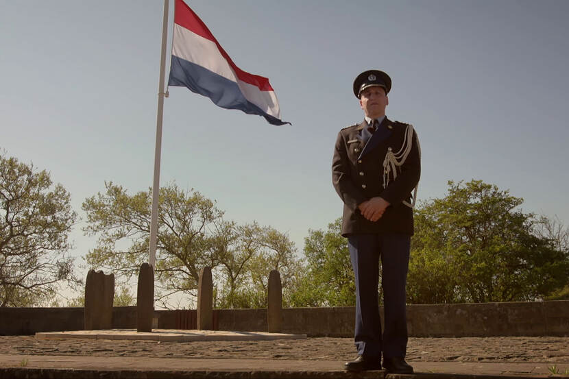 Still from video 'Herdenking 4 mei 2020'. Soldier on field of honour.