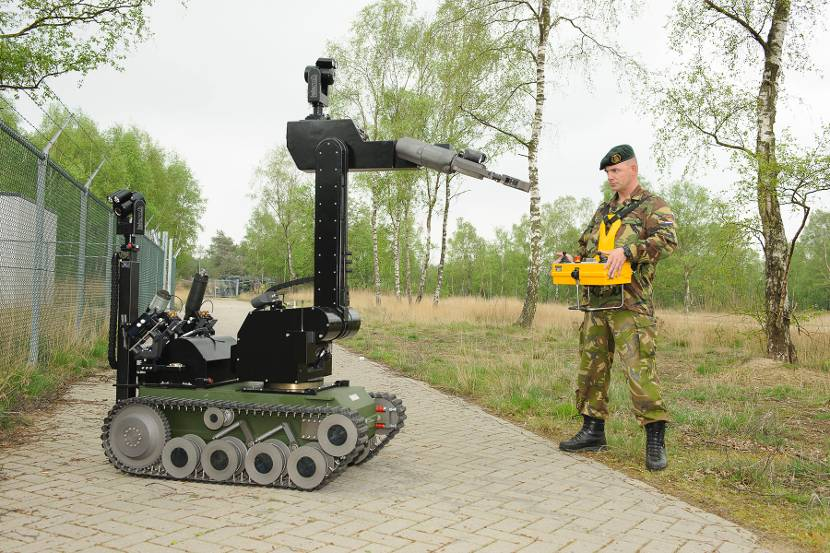 The tEODor EOD-robot (explosive ordnance disposal) is operated by radiographic remote control.
